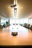 Opinião executiva da cabeça da sala de reuniões no escritório limpo. Foto de Stock