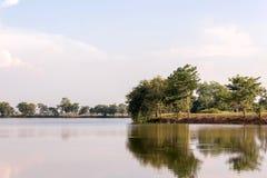 opinião exterior de parque público na noite com a lagoa Fotos de Stock Royalty Free