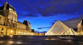 Opinião externo da noite do museu do Louvre (Musee du Louvre)