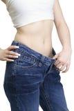 A opinião a fêmea transformou-se calças de brim velhas magros e desgastando Fotos de Stock Royalty Free