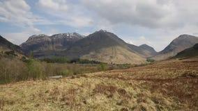 Opinião famosa da bandeja da atração turística das montanhas escocesas bonitas impressionantes BRITÂNICAS de Glencoe Escócia video estoque