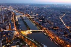 Opinião famosa da noite de Paris com o Seine River do Eiffel fotos de stock royalty free