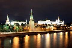 Opinião famosa e bonita da noite do rio de Moskva e da Moscou Kreml fotos de stock royalty free