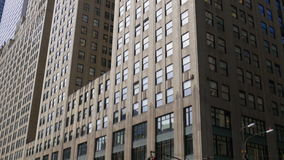 Opinião famosa ensolarada 4k EUA da construção de New York City manhattan da luz do dia vídeos de arquivo