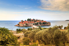 Opinião fantástica o Sveti Stefan, ilha pequena Fotos de Stock Royalty Free