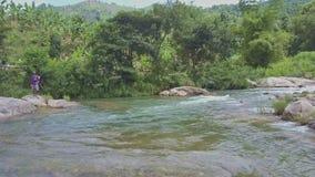 A opinião Fisher Throws Net do zangão no rio tira para trás video estoque
