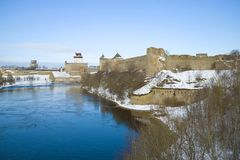 Opinião a fortaleza e o Herman Castle de Ivangorods na beira do rio de Narva Beira de Rússia e de Estônia fotografia de stock