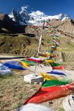 Opinião a freira Kun Range com as bandeiras budistas da oração Foto de Stock Royalty Free