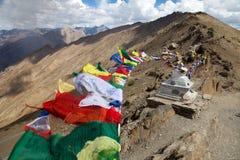 Opinião a freira Kun Range com as bandeiras budistas da oração Fotografia de Stock