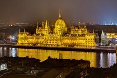 Opinião húngara da noite do parlamento, Budapest, Hungria Fotografia de Stock