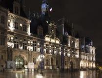 Opinião Hotel De Ville na noite em Paris foto de stock