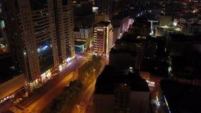 Opinião iluminada elevado da noite arranha-céus da cidade dos meios e do Internet na baixa de Sheikh Zayed Road, Dubai, UAE sceni vídeos de arquivo
