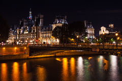 Opinião impressionante da noite Hotel de Ville em Paris, França foto de stock royalty free