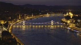 Opinião impressionante da noite da ponte Chain de Szechenyi em Budapest, Hungria video estoque