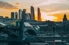 Opinião industrial de Moscou da noite fotografia de stock
