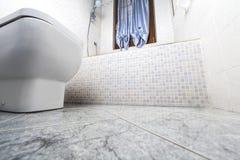 Opinião inferior do banheiro fotos de stock royalty free