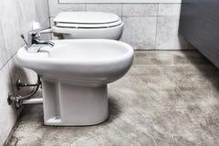 Opinião inferior do bidê e do toilette do banheiro imagens de stock royalty free