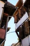 Opinião interessante da rua de casas velhas em Plovdiv fotografia de stock