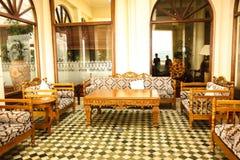 Opinião interior da entrada à moda do hotel com cadeiras Fotografia de Stock Royalty Free