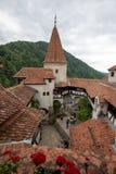 Opinião interna da corte do castelo do farelo de Romênia, igualmente conhecida como o castelo de Dracula foto de stock
