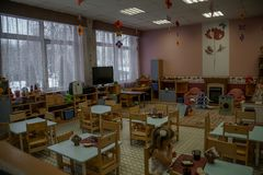 Opinião interna vazia do jardim de infância Cadeiras e tabelas furniture foto de stock