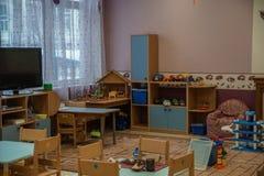 Opinião interna vazia do jardim de infância Cadeiras e tabelas furniture imagem de stock