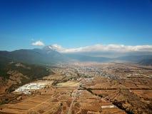 Opinião Jade Dragon Snow Mountain do pássaro no inverno fotografia de stock royalty free