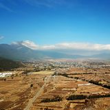 Opinião Jade Dragon Snow Mountain do pássaro no inverno fotos de stock