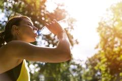 Opinião a jovem mulher que corre no passeio na manhã Conceito consciente da saúde Fotografia de Stock
