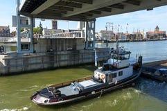 Opinião Kampen da cidade com a ponte do tráfego e de elevador do rio Fotos de Stock Royalty Free