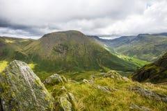 Opinião Kirk Fell no distrito inglês do lago, da parte superior de seixos de Dore Head no pico de Yewbarrow imagem de stock
