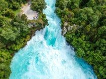 A opinião larga aérea impressionante do zangão do ângulo de Huka cai cachoeira em Wairakei perto do lago Taupo em Nova Zelândia imagens de stock