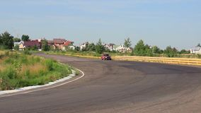 Opinião larga da paisagem do dia, carro retro Datsun P510 na estrada filme