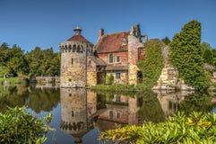 Opinião larga da reflexão do castelo e do fosso de Scotney imagens de stock royalty free