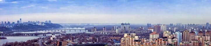 Opinião larga do panorama sobre a cidade de Kiev, Ucrânia, noite, exterior Imagem de Stock Royalty Free