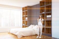 Opinião lateral branca do quarto e do escritório domiciliário da cama, mulher Fotografia de Stock Royalty Free