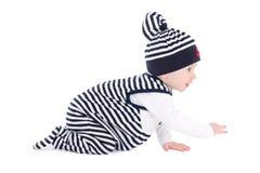 A opinião lateral a criança do bebê no marinheiro veste o isolado de rastejamento fotos de stock
