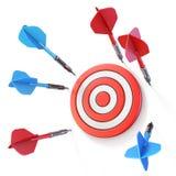 Opinião lateral 3D do alvo azul e vermelho da falta do dardo Foto de Stock