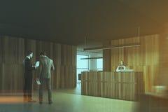 Opinião lateral da recepção de madeira e preta do escritório tonificada Imagens de Stock Royalty Free