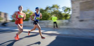 Opinião lateral do ângulo largo do sultra do corredor de maratona Imagem de Stock