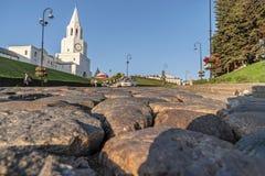 Opinião lateral do close-up da estrada da pedra Cidade velha da paisagem com luz solar lateral da noite Townscape urbano fotografia de stock royalty free