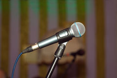 Opinião lateral do microfone vocal do concerto Fotografia de Stock Royalty Free
