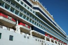 Opinião lateral do navio de cruzeiros Fotos de Stock