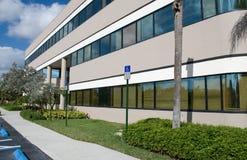 Opinião lateral do prédio de escritórios moderno imagem de stock royalty free