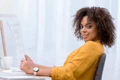 opinião lateral a jovem mulher bonita Imagem de Stock Royalty Free