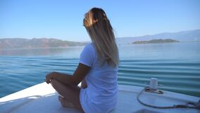 Opinião lateral a jovem mulher que senta-se na curva do barco e que olha à paisagem bonita da natureza no dia ensolarado menina f video estoque