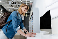 Opinião lateral a mulher brilhante que testa capacidades tecnologicos de computador Fotos de Stock