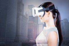 Opinião lateral a mulher lindo que usa óculos de proteção de VR imagem de stock