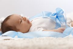 Opinião lateral o bebê recém-nascido fotografia de stock
