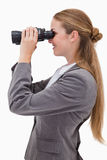 Opinião lateral o empregado de sorriso do banco com spyglasses Imagens de Stock Royalty Free